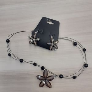 2/$15 🌸Handmade Flower Necklace + Earrings
